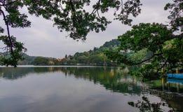 Sjö Kandy på den soliga dagen i Sri Lanka arkivfoto