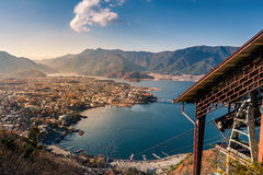 Sjö kawaguchi och by som beskådas från Mt Kachi Kachi Ropeway Fotografering för Bildbyråer