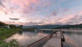 Sjö Kawaguchiko med skymninghimmel på solnedgångtid Fotografering för Bildbyråer