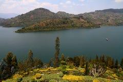 Sjö Kivu och frodig trädgård Arkivfoton