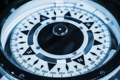 Sjö- kompass Blått tonat makrofoto Arkivfoton