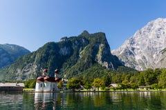 Sjö Konigsee i sommar med den St Bartholomew kyrkan, fjällängar, Tyskland Fotografering för Bildbyråer