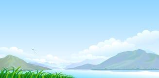 Sjö, kullar och vidsträckt blå himmel Arkivbilder