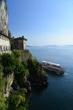 Sjö & x28; lago& x29; Maggiore Italien Santa Caterina del Sasso kloster Arkivfoto