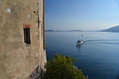 Sjö & x28; lago& x29; Maggiore Italien Santa Caterina del Sasso kloster Arkivbilder