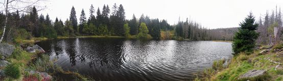 Sjö Laka i den Sumava nationalparken Arkivfoto