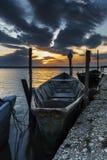 Sjö Lesina och dess solnedgång och fartyg Arkivbilder