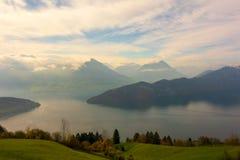 Sjö Lucerne och schweiziska fjällängar fotografering för bildbyråer
