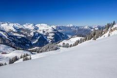 Sjö Lucerne och schweiziska fjällängar som täckas av ny ny snö som ses från Royaltyfri Fotografi