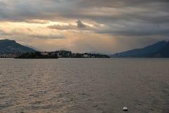 Sjö Maggiore, Italien: Pallanza och isolaMadre solnedgång Arkivfoto