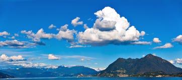 Sjö Maggiore och schweiziska fjällängar Royaltyfri Fotografi