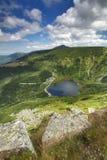 Sjö Maly Staw i Krkonose berg Royaltyfri Bild