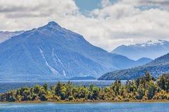 Sjö Manapouri och omgeende berg, Fiordland, Nya Zeeland Arkivfoton