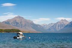 SJÖ MCDONALD, MONTANA/USA - SEPTEMBER 20: Sikt av sjön McDonal royaltyfri foto