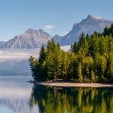 SJÖ MCDONALD, MONTANA/USA - SEPTEMBER 20: Sikt av sjön McDonal Arkivbilder