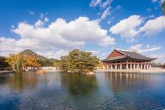 Sjö med blå himmel på gyeongbokgungslotten, Sydkorea Arkivbild