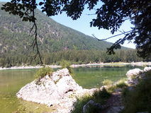 Sjö med ett litet berg i bakgrunden Royaltyfri Fotografi