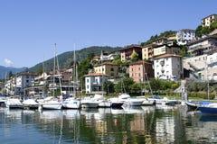 Sjö med fartyg på vattnet Härligt landskap i Italien med fartyg på vattnet Royaltyfri Fotografi