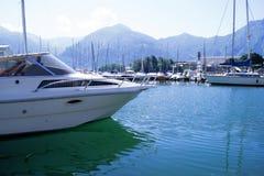 Sjö med fartyg på vattnet Härligt landskap i Italien med fartyg på vattnet Fotografering för Bildbyråer
