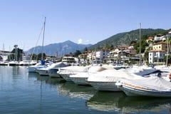 Sjö med fartyg på vattnet Härligt landskap i Italien med fartyg på vattnet Royaltyfri Bild