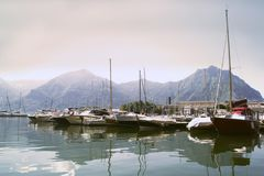Sjö med fartyg på vattnet Härligt landskap i Italien med fartyg på vattnet Royaltyfria Foton