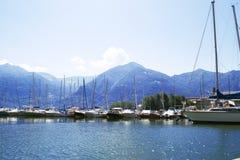 Sjö med fartyg på vattnet Härligt landskap i Italien med fartyg på vattnet Royaltyfria Bilder