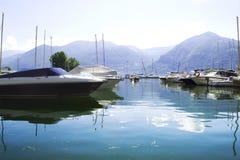 Sjö med fartyg på vattnet Härligt landskap i Italien med fartyg på vattnet Arkivbild