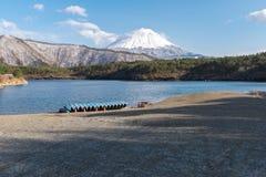 Sjö med Fuji royaltyfri fotografi