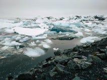 Is- sjö med isberg iceland royaltyfria foton