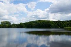 Sjö med molnreflexioner 1 Arkivfoto
