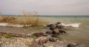 Sjö med mycket grovt vatten royaltyfri fotografi
