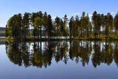 Sjö med reflexion Royaltyfri Bild
