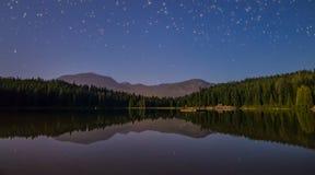 Sjö med reflexion och stjärnor fotografering för bildbyråer