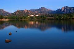 Sjö med sikt av berg i Estes Park, Colorado Royaltyfri Fotografi
