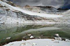 Sjö med snöbergreflexioner arkivbilder