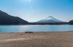Sjö med soluppgång Fuji royaltyfri bild