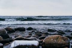 Sjö med stenar Arkivfoto