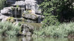Sjö med vattenfallet arkivfilmer