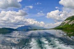 Sjö mellan berg Royaltyfria Bilder
