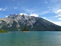 Sjö Minnewanka - Banff nationalpark, Kanada Arkivfoton