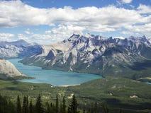 Sjö Minnewanka i de kanadensiska steniga bergen Royaltyfri Fotografi