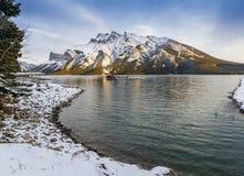 Sjö Minnewanka i den Banff nationalparken på solnedgången Arkivfoto