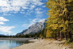 Sjö Minnewanka i hösten, kanadensiska steniga berg, Kanada Royaltyfri Foto
