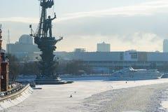 Sjö- monument till Peter det stort i vinter Royaltyfri Fotografi