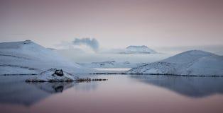 Sjö Myvatn i nordvästliga Island Royaltyfri Bild