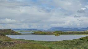 Sjö Myvatn med gröna pseudocraters och öar på Skutustadagigar, Diamond Circle, i nord av Island, Europa royaltyfri foto