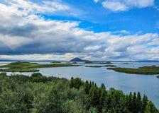Sjö Myvatn med gröna pseudocraters och öar på Skutustadagigar, Diamond Circle, i nord av Island, Europa arkivbilder