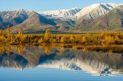 Sjö och berg av Sibirien med reflexion Royaltyfria Foton