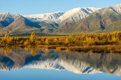 Sjö och berg av Sibirien med reflexion Royaltyfria Bilder