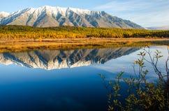 Sjö och berg av Sibirien med reflexion Fotografering för Bildbyråer
